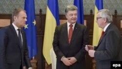 Президент Європейської ради Дональд Туск (л), президент України Петро Порошенко (ц) і президент Європейської комісії Жан-Клод Юнкер