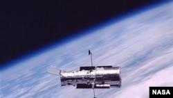၂၀၀၂ ခုႏွစ္အတြင္းက ကမၻာပတ္လမ္းေၾကာင္းထဲမွာ Hubble အာကာသၾကည့္မွန္ေျပာင္း လွည့္ပတ္ေနစဥ္။