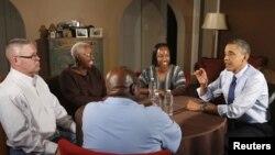 Tổng thống Mỹ Barack Obama thăm các thành viên của các gia đình trung lưu ở Quận Fairfax, Virginia, để thảo luận về chính sách thuế khóa của chính quyền ông, 6/12/2012