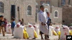 Anak-anak pengungsi Yaman dan keluarga mereka menunggu pembagian makanan di kamp pengungsi di Sanaa (foto: ilustrasi).