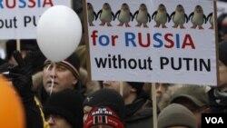 Para demonstran oposisi memprotes kecurangan pemilu parlemen dalam unjuk rasa di Moskow (24/12).