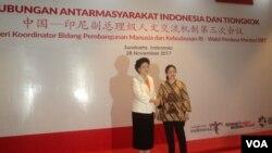 Wakil Perdana Menteri China, Liu Yandong (kiri) bersalaman dengan Perwakilan Pemerintah Indonesia yaitu Menko PMK pada Pertemuan Tingkat Tinggi Indonesia-China di Solo, Selasa 28/11. (Foto: VOA/Yudha S.)