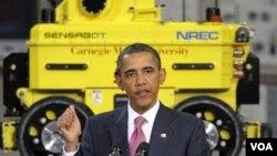 Presiden Barrack Obama memberikan pidato saat berkunjung ke Carnegie Mellon University di Pittsburgh (24/6).