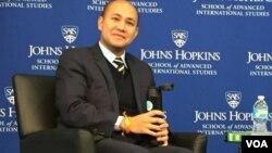 លោក ហ៊ុន ម៉ានី កូនប្រុសលោកនាយករដ្ឋមន្ត្រី ហ៊ុន សែន ថ្លែងនៅក្នុងកិច្ចពិភាក្សាមួយនៅសាកលវិទ្យាល័យ Johns Hopkins ក្នុងរដ្ឋធានីវ៉ាស៊ីនតោន សហរដ្ឋអាមេរិកកាលពីថ្ងៃទី២០ ខែមករា ឆ្នាំ២០១៦។ (ម៉ែន គឹមសេង/VOA)
