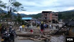Ponts, maisons, voitures emportées : près de 100 personnes ont trouvé la mort et près de 200 sont portées disparues après une coulée de boue qui a frappé la ville de Mocoa, dans le sud de la Colombie, 1er avril 2017. (VOA)
