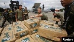 11일 필리핀 마닐라의 빌라모 공군지지에서 필리핀군과 미군이 태풍 피해 주민들에게 나눠줄 구호물품을 나르고 있다.