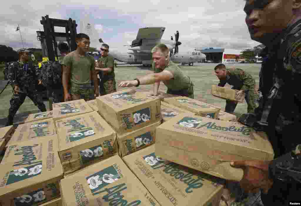 Philippine and U.S. military personnel prepare to load relief goods on a U.S. C-130 plane for typhoon victims, Villamor Air Base, Nov. 11, 2013.