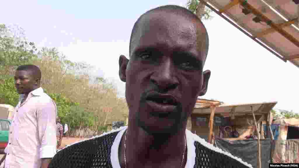 Musa Haruna, 32 ans, vit dans le camp New Kuchogoro depuis 2014. Il a affirmé à VOA Afrique qu'il était inquiet pour la santé de son enfant car il n'a plus d'argent. 7 mars 2016. (VOA/Nicolas Pinault)