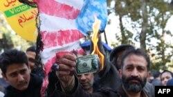 Rejim tərəfdarı sanksiyalara etiraz olaraq sabiq ABŞ səfirliyinin binası qarşısında dollar yandırır. Tehran, İran. 4 noyabr, 2018