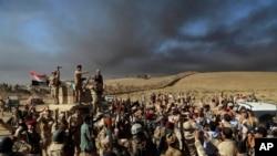 عراقی فوجی موصل کی جانب پڑھ رہے ہیں۔