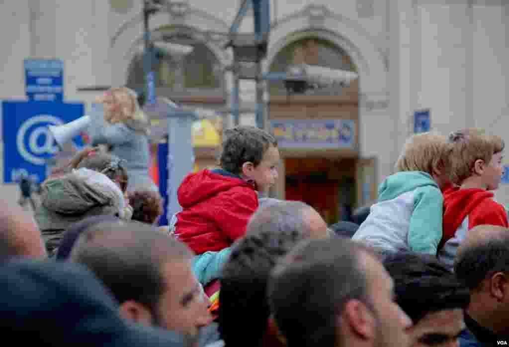 و کودکان ناظر اند. ناظر آنچه بحران پناهجویان اروپا نام گرفته است.