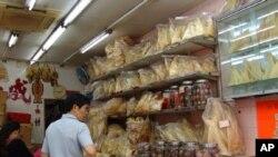 香港海味街上一家出售鱼翅的店铺