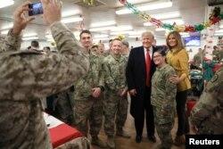 عکس پرزیدنت ترامپ و بانوی اول با نظامیان آمریکا در عراق.