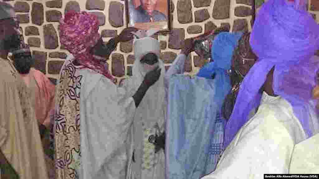 Attajiri Aliko Dangote yana gaida Sarki Sanusi a fadar gwamnatin Jihar Kano.