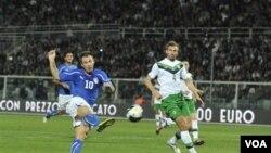 Pemain depan Italia, Antonio Cassano (kiri) saat mencetak gol dalam pertandingan melewat Irlandia utara (11/10).