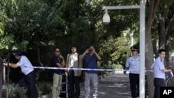 Cảnh sát Trung Quốc thiết lập hàng rào cho các nhà báo bên ngoài cổng Đại sứ quán Nhật Bản trước các cuộc đàm phán giữa Nhật Bản và Bắc Triều Tiên ở Bắc Kinh, ngày 29/8/2012