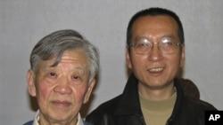 律师张思之2007年11月和刘晓波(右)合影