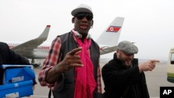 Cựu ngôi sao bóng rổ Dennis Rodman và phái đoàn đến sân bay quốc tế ở Bình Nhưỡng.