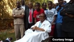 Tundu Lissu akiwa na ndugu na marafiki waliokwenda kumtembelea Hospitali ya Aga Khan nchini Kenya, 2017.