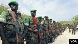 Anggota pasukan perdamaian AMISOM dari Uganda melakukan parade di ibukota Somalia, Mogadishu (foto: dok).