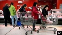 Potrošači kupuju svinjetinu u samoposluzi u Pekingu 23. marta 2018. (AP Photo/Mark Schiefelbein)