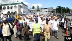 Les partisans de l'ancien président des Comores Ahmed Abdallah Sambi manifestent à la fin de la prière du vendredi devant la mosquée principale, à Moroni, le 25 mai 2018.