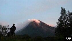 Binh lính đã được huy động sau khi Núi Merapi lại phun trào dữ dội, khiến ít nhất 1 trường học phải đóng cửa.