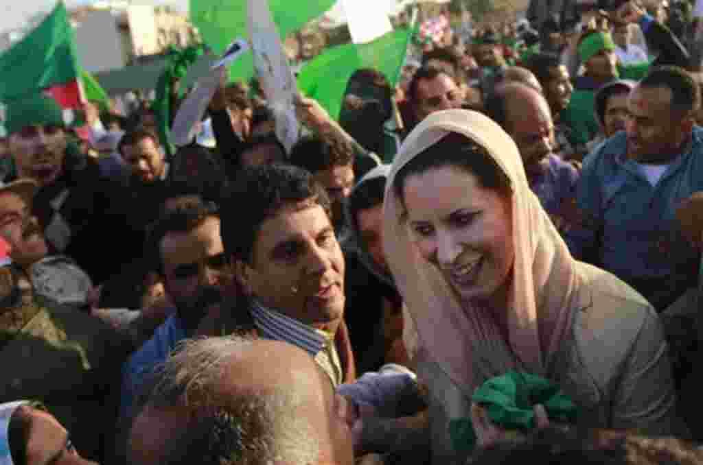 Aisha Gadhafi, abogada e hija de Moammar Gadhafi dio a luz una niña a su llegada a Argelia.