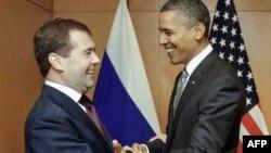 Tổng thống Hoa Kỳ Barack Obama (phải) và Tổng thống Nga Dmitry Medvedev tại hội nghị thượng đỉnh APEC ở Nhật Bản, ngày 14/11/2010