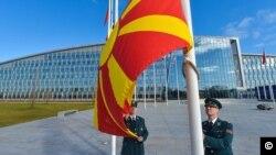 Podizanje zastave Severne Makedonije ispred sedišta NATO-a u Briselu, 30. marta 2020.