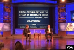 美国前国家情报总监克拉珀2018年4月2日出席在乔治•华盛顿大学的一场讨论会(美国之音叶林拍摄)