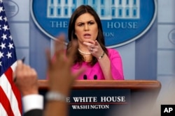 白宫新闻秘书桑德斯10月30日主持记者会
