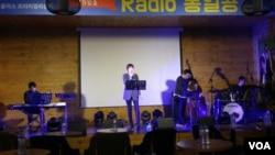 한국의 민간 대북매체인 '국민통일방송'이 24일 북한의 청취자와 소통하는 공개방송을 마련했다.