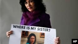 Rushan Abbas montrant une photo de sa soeur, Gulshan Abbas, une des nombreuses Ouïghoures détenues, selon elle, dans un camp de rééducation chinois, Washington, le 17 décembre 2018.