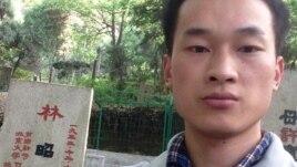活动人士贾榀4月30日在林昭墓前。 (推特图片)