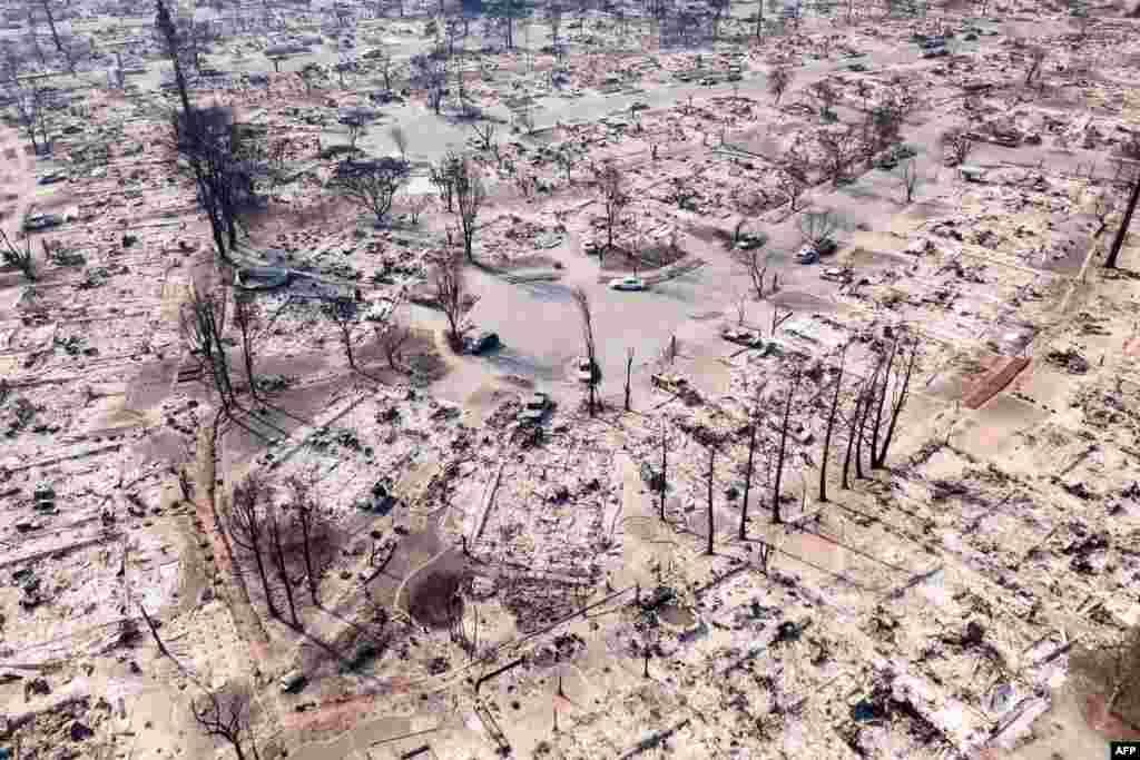 美国加州圣罗莎市被山火烧成一片灰烬的居民区。(2017年10月11日)