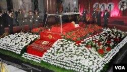 Kim Jong Un encabezó el desfile de autoridades ante el ataúd de vidrio que guarda el cuerpo de su padre, Kim Jong Il, para dar su último adiós.