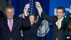 Gubernur terpilih Virginia Ralph Northam (kanan) merayakan kemenangan bersama Gubernur petahana Terry McAuliffe dan istrinya Dorothy McAuliffe di Fairfax, Virginia, Selasa malam (7/11).