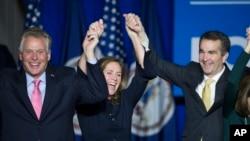 Thống đốc tân cử bang Virginia, Ralph Northam, mừng chiến thắng với đương kim Thống đốc Terry McAuliffe và phu nhân Dorothy, tại quận Fairfax, Va. ngày 7/11/2017.