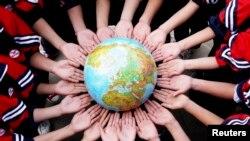 江西一所中学的学生手捧地球仪,纪念地球日,宣扬环保(2011年4月19日)