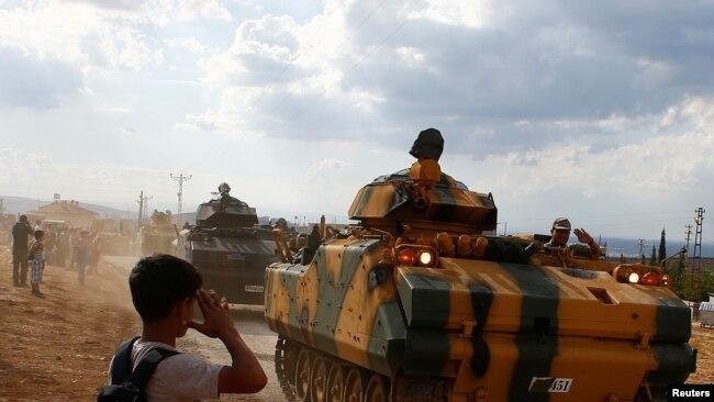 Türkiyə Suriyanın şimalına ağır hərbi texnika yeridir