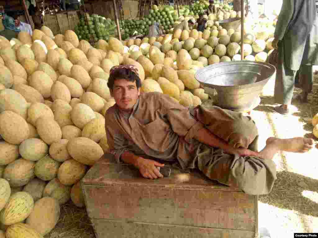 Afganistanac, prodavac voća na jednoj tržnici u Kabulu čeka na kupce. (Photo by Aman Aman/Afahnistan/VOA reader)