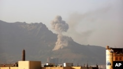 Asap mengepul setelah serangan udara Saudi di Sana'a, Yaman (17/6).