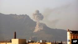 연합군이 예멘 수도 사나 인근을 공습한 뒤 연기가 솟아오르고 있다(자료사진)