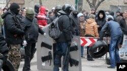 Naoružani pro-ruski aktivisti zauzimaju policijsku stanicu u Slavjansku