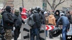 Các phần tử tranh đấu thân Nga chiếm nhiều công ốc và thiếp lập các trạm kiểm soát như quân đội, ngày 12/4/2014.