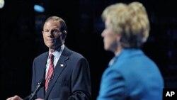 美国康涅狄克州两党争夺参院议席的候选人在辩论