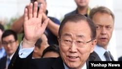 반기문 유엔 사무총장이 18일 인천공항을 통해 입국해 인사말을 한 뒤 손을 흔들고 있다.