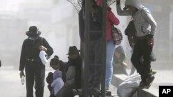 Residentes de Quero, una población cercana al volcán Tungurahua, en Ecuador, usan máscaras para protegerse de la lluvia de ceniza lanzada por el coloso. Las autoridades han impuesto nuevas medidas de precaución alrededor del volcán.