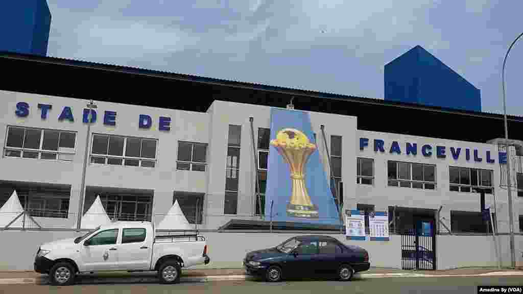 La façade du stade de Franceville, Gabon, 14 janvier 2017 (VOA/Amedine Sy)